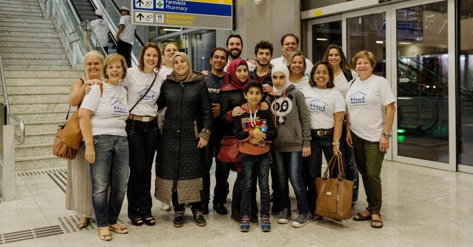 13.mar.2017 - A família síria Alkhaled reunida com o grupo de brasileiros que ajudou a trazer a mãe e os quatro filhos ao país no aeroporto de Cumbica (SP)