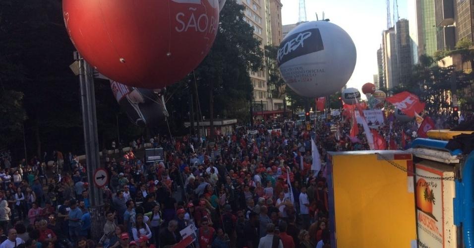 31.mar.2017 - Manifestantes tomam os dois sentidos da Avenida Paulista, na altura o Masp, durante protesto contra o governo Temer, a reforma da Previdência e a lei de terceirização ampla