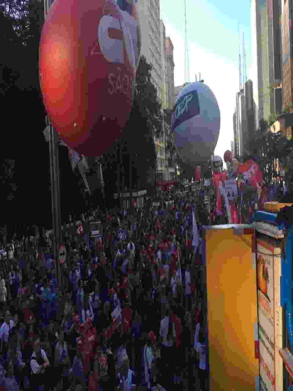 31.mar.2017 - Manifestantes tomam os dois sentidos da Avenida Paulista, na altura o Masp, durante protesto contra o governo Temer, a reforma da Previdência e a lei de terceirização ampla - Mirthyani Bezerra/UOL