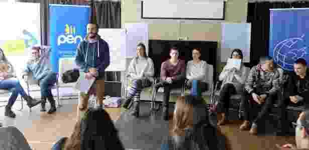 Ideal Hoxha (de pé) organiza atividade em iniciativa que juntou 20 jovens sérvios e albaneses por três dias para discutir identidade e preconceito - ForumZFD/ Divulgação