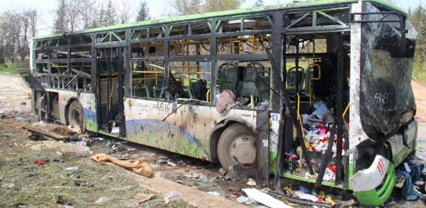 Os ônibus que carregavam sírios evacuados das zonas de conflitos ficaram destruídos em Rashidin, a oeste de Aleppo