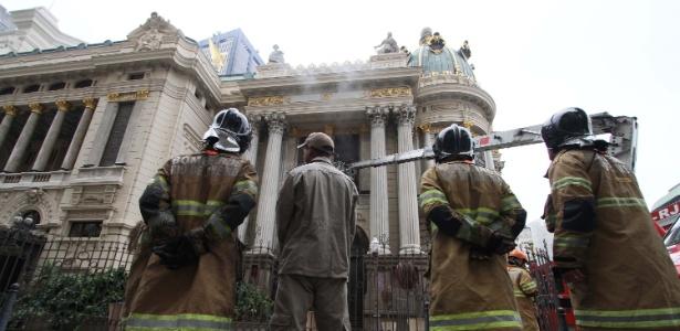 Princípio de incêndio atinge o Theatro Municipal no centro do Rio de Janeiro (RJ)