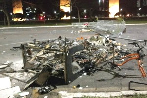 Após confronto em ato contra Temer, cenário em Brasília é de terra arrasada (Foto: Bernardo Barbosa/UOL)