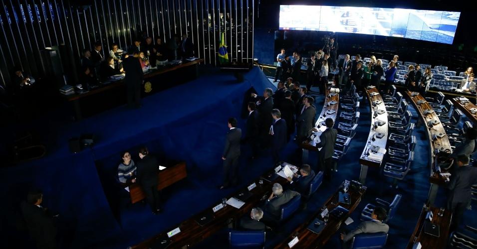 11.jul.2017 - Os senadores da posição apoiaram a atitude do presidente do Senado de suspender a sessão e apagar as luzes do plenário até que as senadoras da oposição deixem o local