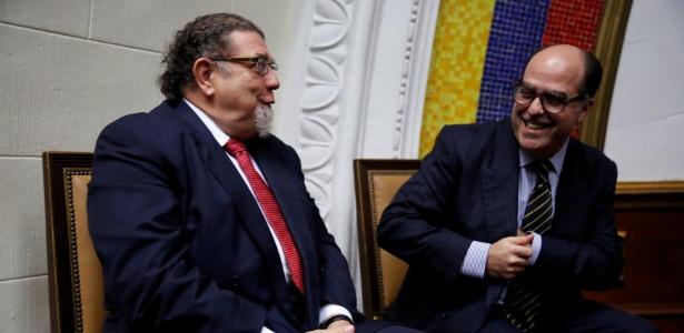 Embaixador do Brasil em Caracas, Ruy Pereira, acompanha sessão da Assembleia Nacional com o presidente do Parlamento, o opositor Julio Borges (dir)