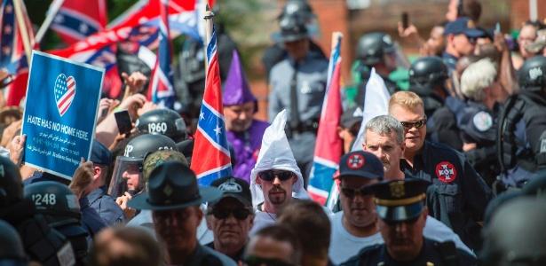 Centenas de homens e mulheres carregam tochas, fazem saudações nazistas e gritam palavras de ordem contra negros, imigrantes, homossexuais e judeus em Charlottesville