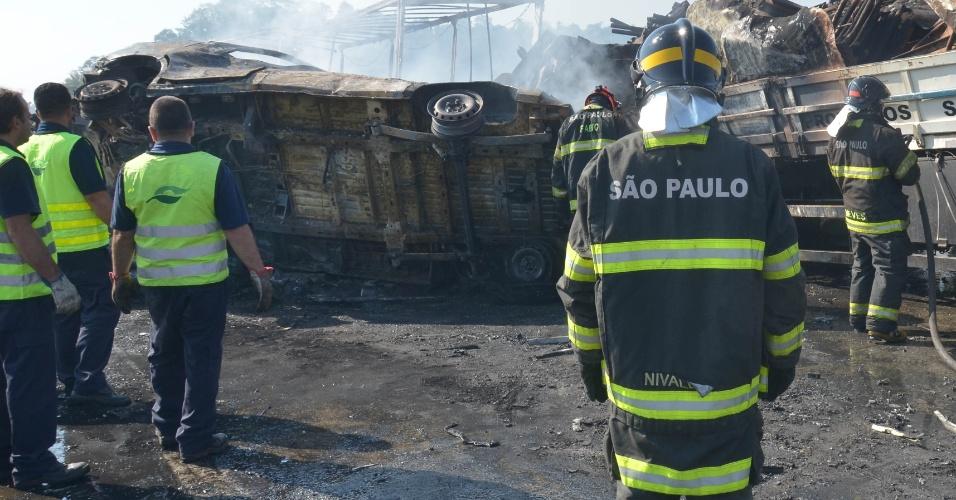 30.ago.2017 - Um acidente envolvendo 34 carros ocorreu nesta quarta-feira (30) na rodovia Carvalho Pinto, em Jacareí (SP); duas pessoas morreram