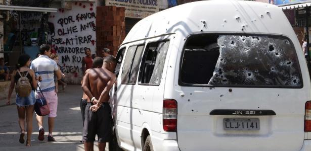 18.set.2017 - Moradores observam veículo atingido por disparos durante tentativa de invasão