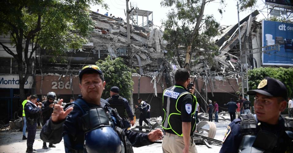 19.set.2017 - Prédio desaba após forte terremoto atingir a Cidade do México