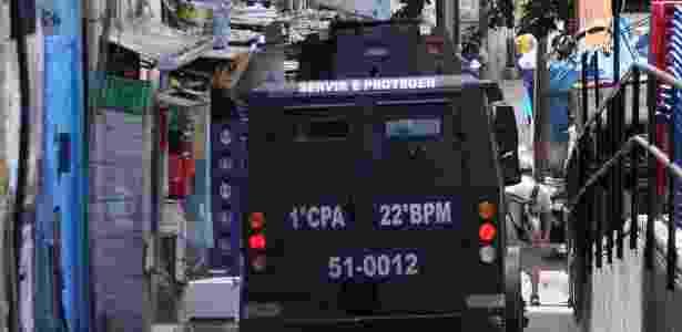 22.set.2017 - Intenso tiroteio num dos acessos à favela da Rocinha, na Zona Sul do Rio de Janeiro (RJ), fechou por algumas horas a estrada Lagoa-Barra  - JOSE LUCENA/FUTURA PRESS/FUTURA PRESS/ESTADÃO CONTEÚDO