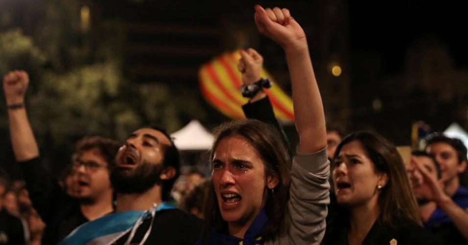 1º.out.2017 - Pessoas se reúnem na Praça da Catalunha para ouvir o discurso do presidente Carles Puigdemont