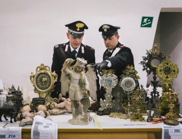 Policiais italianos verificam obras de arte que foram recuperadas em Naples, na Itália - GIOVANNI CIPRIANO/NYT