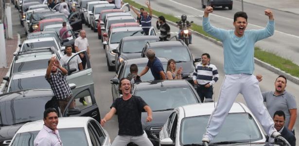 Motoristas bloqueiam transito durante protesto contra o projeto de lei que regulamenta o serviço de transporte individual pago (PL28/2017), na zona sul de São Paulo (SP)