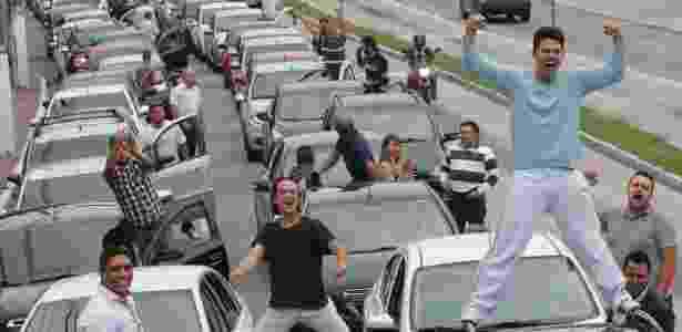 Motoristas bloqueiam transito durante protesto contra o projeto de lei que regulamenta o serviço de transporte individual pago (PL28/2017), na zona sul de São Paulo (SP) - Leonardo Benassato/Estadão Conteúdo