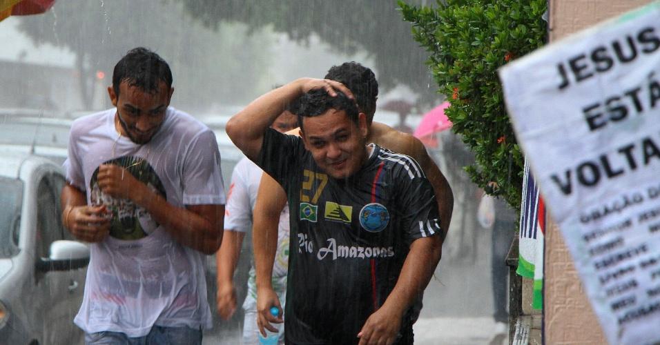 12.nov.2017 - Com chuva, candidatos correm para conseguir entrar na Uninorte (Universidade do Norte), em Manaus, no segundo dia de prova do Enem (Exame Nacional do Ensino Médio)
