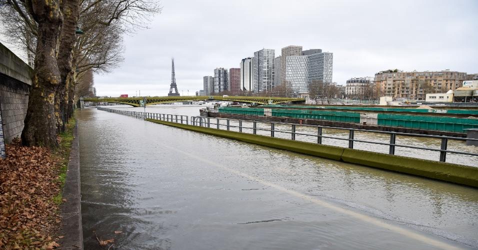 23.jan.2018 - Rua inunda após enchente do rio Sena, em Paris