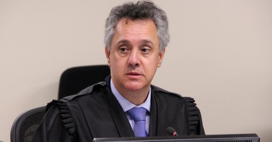 Desembargador João Pedro Gebran Neto faz a leitura de seu voto no julgamento de recursos da Lava Jato na 8ª Turma do TRF4; em Porto Alegre, desembargadores julgam o ex-presidente Lula