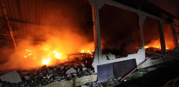 Incêndio consome galpão que armazenava encomendas dos Correios, no Rio