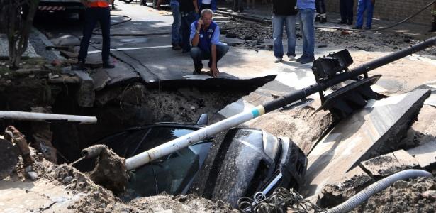 Carro foi engolido por cratera aberta no meio da rua na Vila Isabel, na zona norte do Rio
