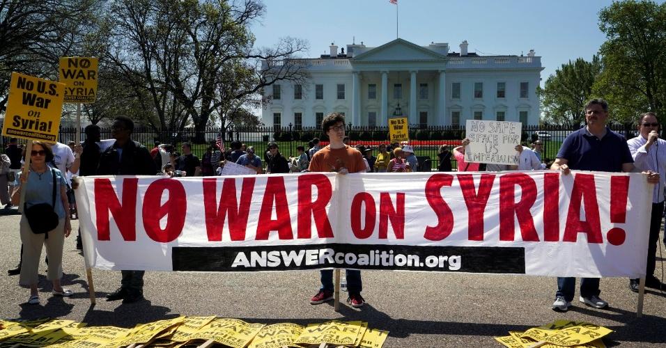 14.abr.2018 - Manifestantes protestam em frente à Casa Branca, em Washington, nos Estados Unidos, neste sábado (14), contra a escalada da violência na Síria e os ataques aéreos realizados por EUA, Reino Unido e França ao país do Oriente Médio