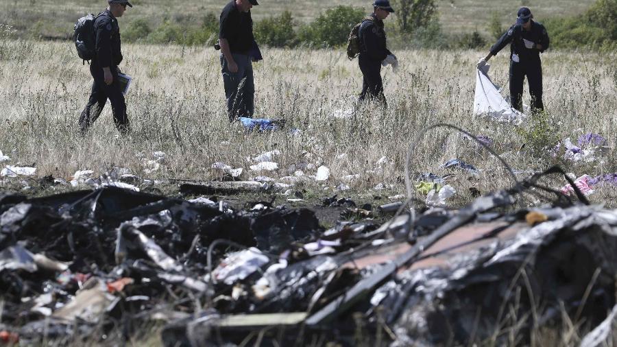 Especialistas internacionais no local em que o voo MH17 da Malaysia Airlines caiu no leste Ucrânia após ser atingido por um míssil. 298 pessoas morreram, em sua maioria holandeses e australianos - Sergei Karpukhin/Reuters