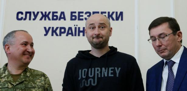 Declarado como morto, Arkady Babchenko, ao centro, reaparece em coletiva em Kiev