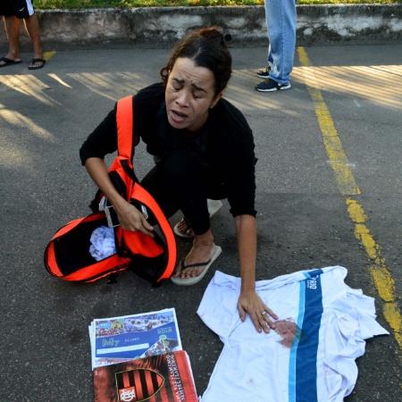Mãe do estudante Marcos Vinicius da Silva, 14 anos, que morreu vítima de bala perdida no Complexo da Maré, Zona Norte do Rio, durante operação da Polícia Civil, na quarta-feira (20), mostra a blusa de uniforme suja de sangue que o filho usava. Ela foi ao IML para liberar o corpo do adolescente  - PAULO CARNEIRO/AGÊNCIA O DIA/AGÊNCIA O DIA/ESTADÃO CONTEÚDO