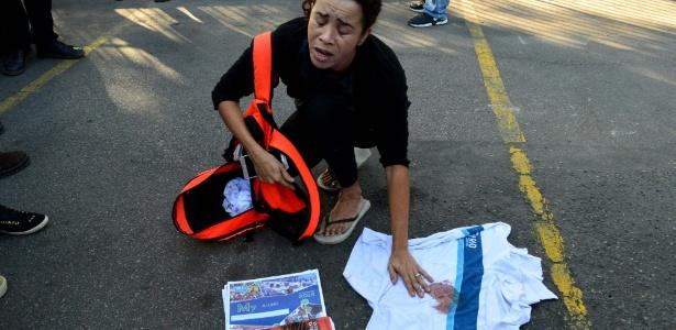 Mãe do estudante Marcos Vinicius da Silva mostra a blusa de uniforme suja de sangue - PAULO CARNEIRO/AGÊNCIA O DIA/AGÊNCIA O DIA/ESTADÃO CONTEÚDO