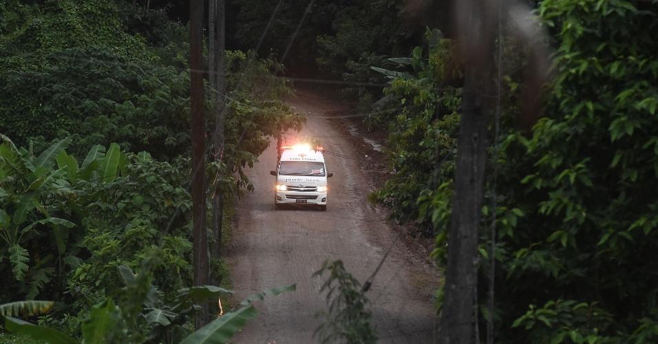 9.jul.2018 - Ambulância deixa a área onde está localizado o complexo de cavernas de Tham Luang, no norte da Tailândia, onde acontecem os trabalhos de resgate de 12 adolescentes e um adulto.