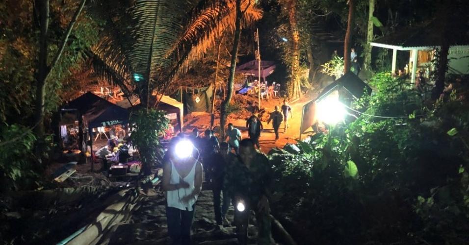 9.jul.2018 - Equipe de salvamento anda no local do complexo da caverna de Tham Luang durante missão para salvar os membros restantes do time de futebol preso em uma caverna inundada
