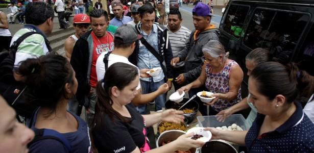 Refugiados da Nicarágua recebem doação de alimentação em praça de San Jose, na Costa Rica