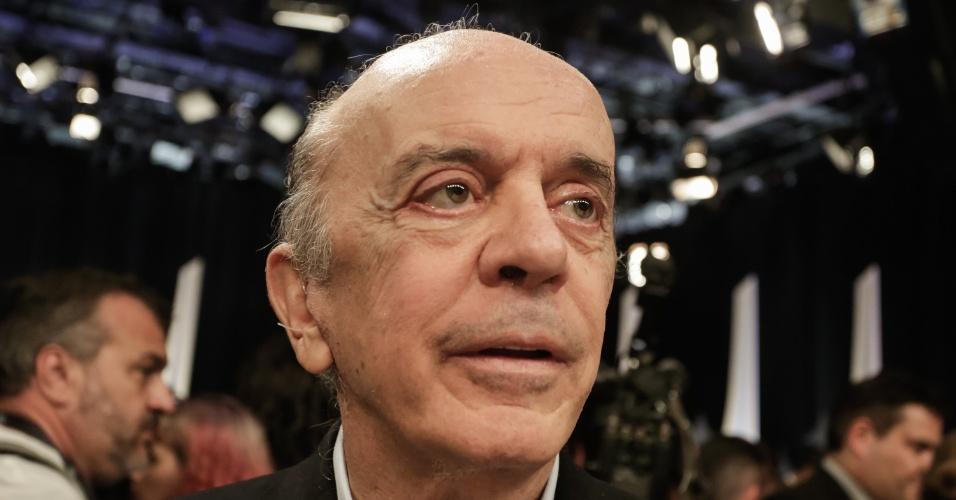 """O senador José Serra (PSDB-SP) é visto após o debate entre presidenciáveis promovido pelo SBT, o jornal """"Folha de S Paulo"""" e o UOL, nos estúdios da TV, em Osasco (SP), nesta quarta-feira, 26."""