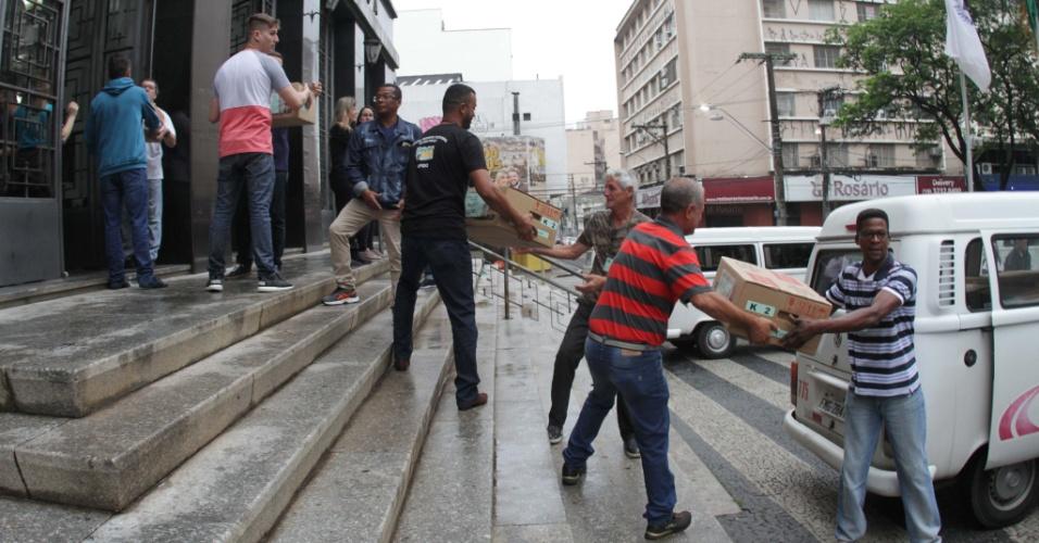 Urnas eletrônicas sendo transportadas para Campinas, interior de São Paulo