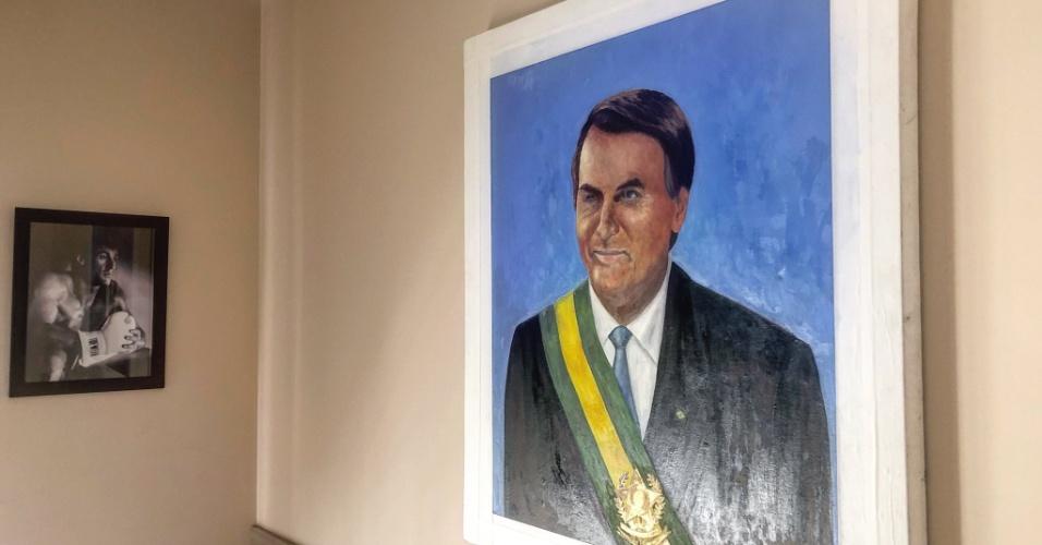 O presidente eleito, Jair Bolsonaro, publicou uma imagem em suas redes sociais de um quadro em que ele aparece usando a faixa de presidente da República. Bolsonaro agradeceu aos fãs, mas não citou o autor da obra.