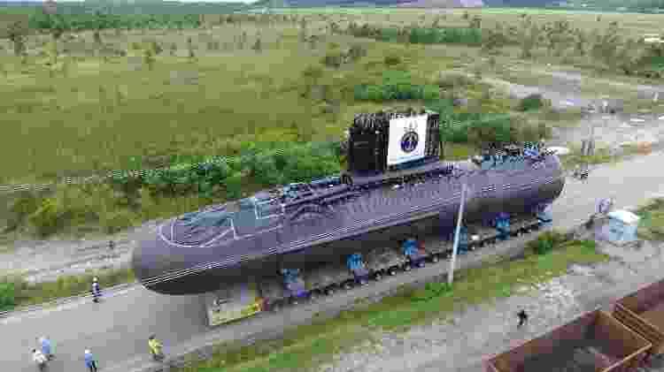 Submarino é transportado para estaleiro a fim de passar por fase final de montagem - Marinha do Brasil - Marinha do Brasil