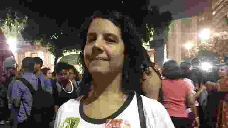 30.mai.2019 - A técnica de som Daniela de Castro Pastore, 39, em protesto no centro do Rio contra os cortes na educação - Marina Lang/UOL