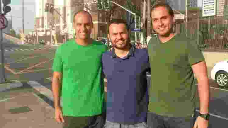 Foto do dia em que Gil Diniz, então carteiro, conheceu os irmãos Eduardo (à esq.) e Carlos Bolsonaro - Gil Diniz/Reprodução