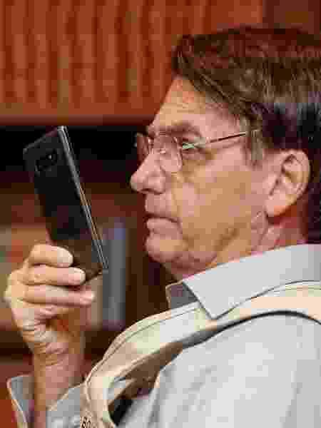 Jair Bolsonaro fala ao telefone em janeiro de 2019 - Isac Nóbrega/PR