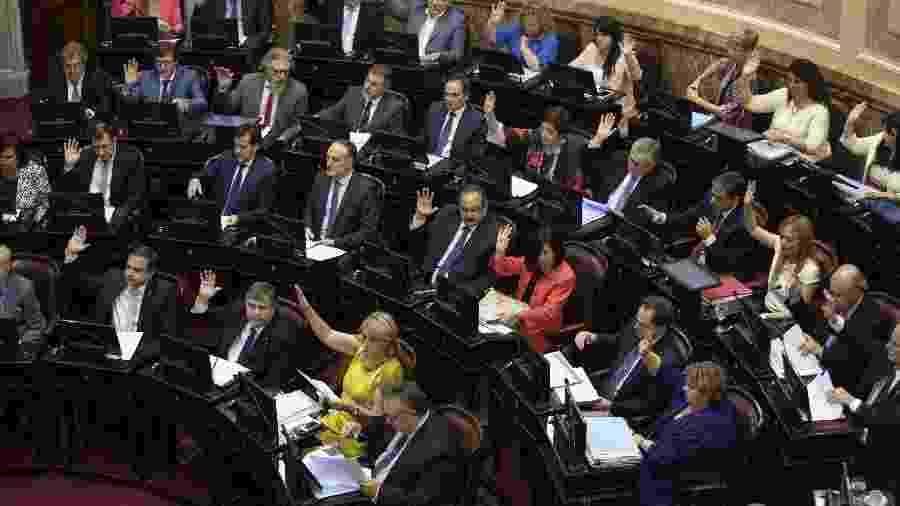 Legisladores durante sessão de votação no Senado do plano de emergência do presidente argentino Alberto Fernández - Xinhua/Martín Zabala