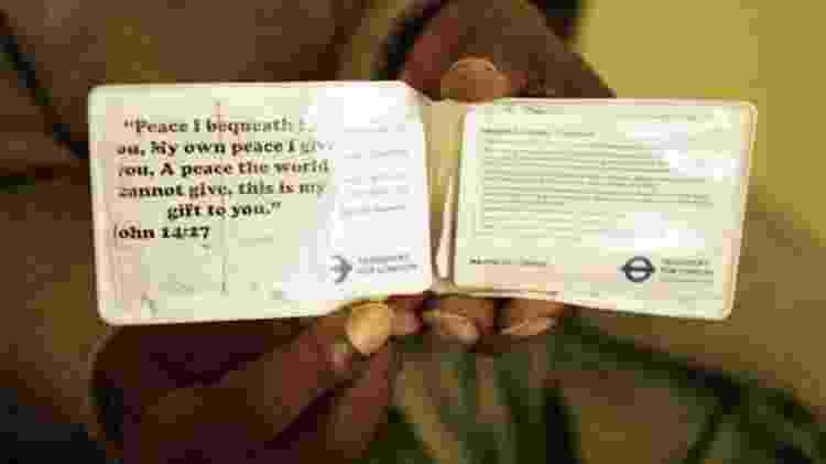 O bilhete de transporte de Sunny com uma citação bíblica: 'Deixo com vocês a paz. É a minha paz que eu lhes dou; não lhes dou a paz como o mundo a dá' - Venetia Menzies - Venetia Menzies