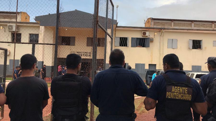 Agentes penitenciários na entrada do presídio regional de Pedro Juan Caballero, no Paraguai - 22.jan.2020 - Gabriel Stargardter/Reuters
