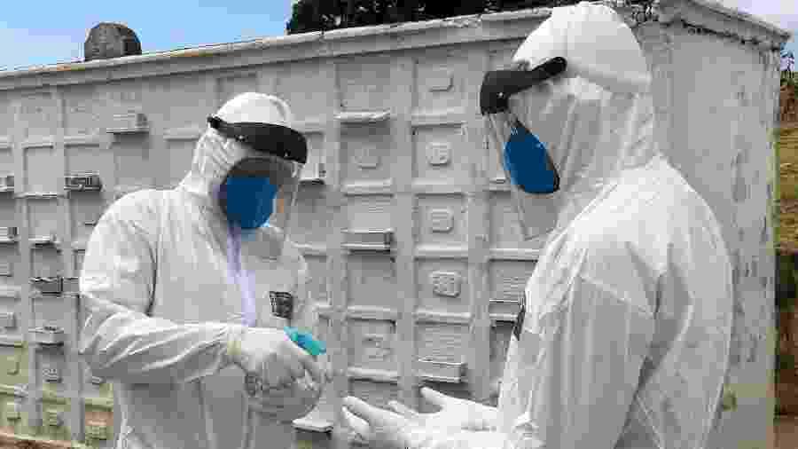 Coveiros foram treinados para fazer sepultamentos de vítimas fatais do coronavírus em cemitério do Rio de Janeiro - Herculano Barreto Filho/UOL