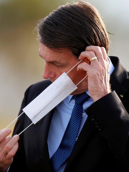 Presidente Jair Bolsonaro coloca máscara de proteção em Brasília - Adriano Machado/Reuters