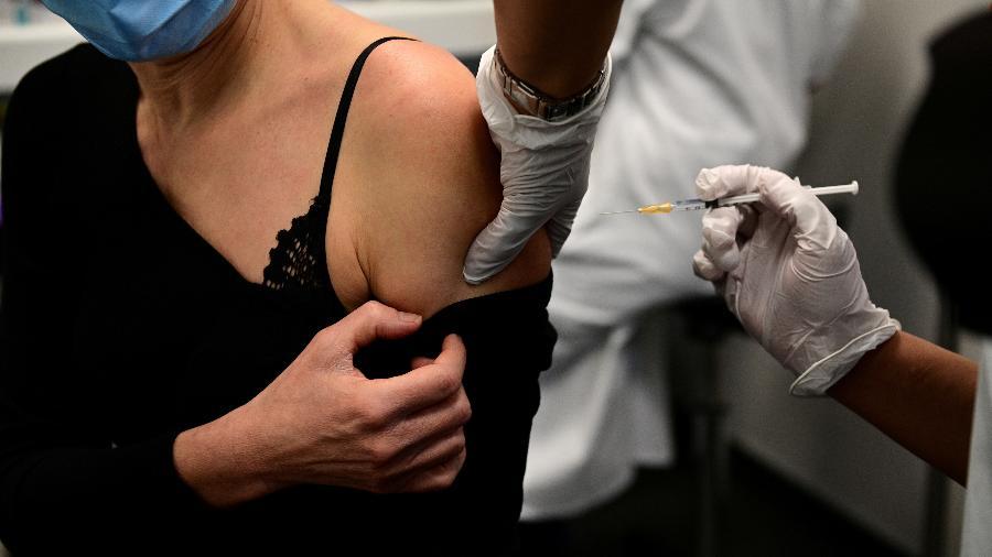 4.jan.2021 - Mulher é vacinada contra a covid-19 em Paris - Martin Bureau/Pool via Reuteurs