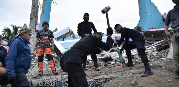 Prédios desabaram | Terremoto forte causa mais de 30 mortes na Indonésia