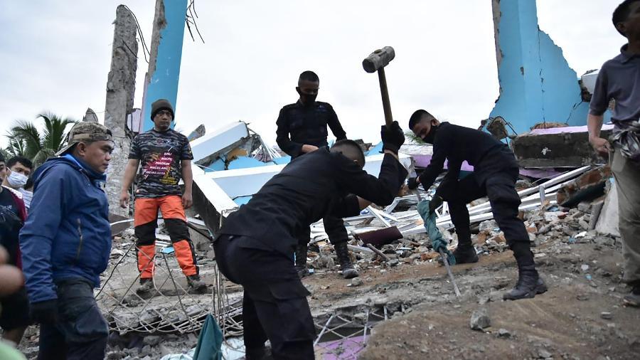 Pelo menos 84 pessoas morreram e 30.000 ficaram desabrigadas após o terremoto, de acordo com as autoridades locais - Firdaus / AFP