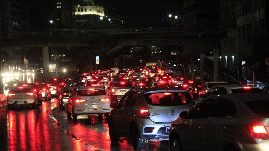 Alagamento por conta de chuva na Av. Prestes Maia no centro da cidade de São Paulo - WILLIAN MOREIRA/ESTADÃO CONTEÚDO