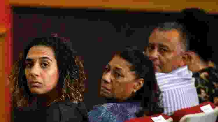 A irmã de Marielle Anielle Franco (à esq.) e os pais Marinete e Antonio exigem Justiça - Daniel Ramalho/Getty Images - Daniel Ramalho/Getty Images