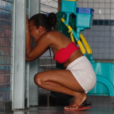 06 mai. 2021 - Mulher chora em hospital após uma operação na comunidade do Jacarezinho, na zona norte do Rio de Janeiro, deixar pelo menos 25 pessoas mortas - Reginaldo Pimenta/Agência O Dia/Estadão Conteúdo