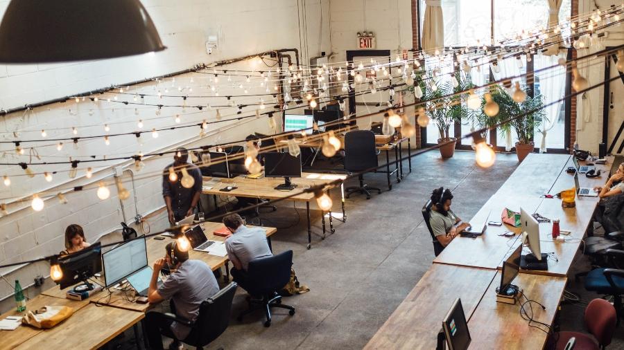 Empresas estão transformando seus espaços em função do trabalho híbrido, com parte dos funcionários nos escritórios e parte em home office. - Shridhar Gupta/Unsplash